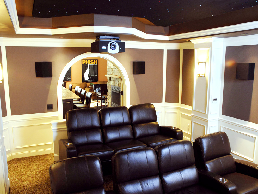 decoration salle home cinema photos et ides dco salle de cinma with decoration salle home. Black Bedroom Furniture Sets. Home Design Ideas